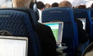 Menonton film porno di pesawat